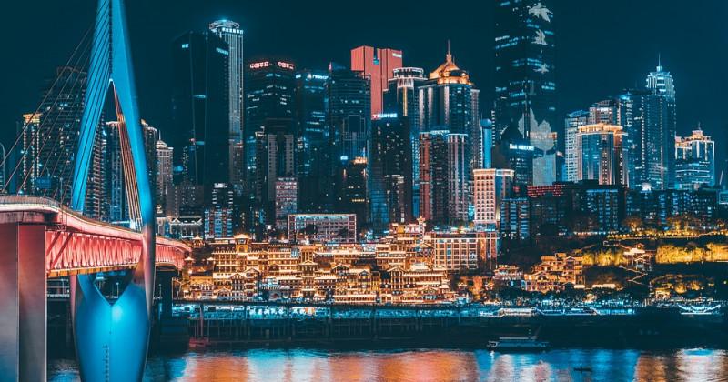 Asiatische Stadt bei Nacht