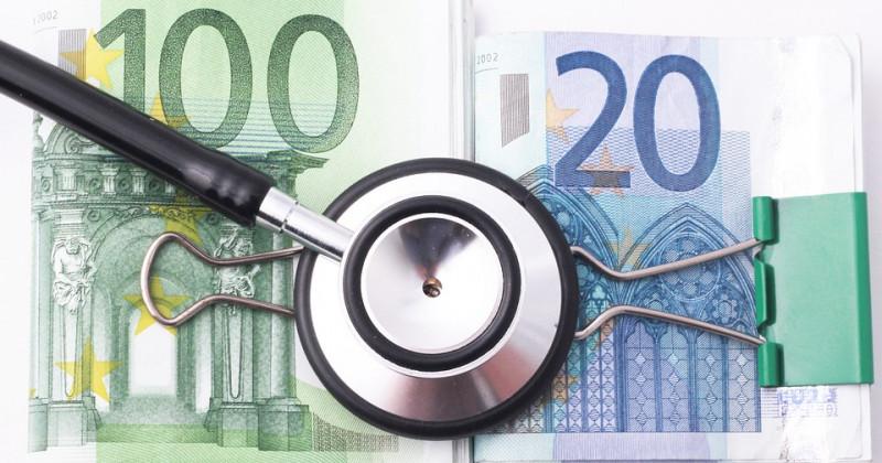 Banknoten und Stethoskop