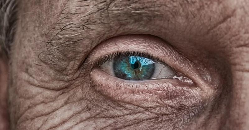 Blaues Auge eines alten Mannes