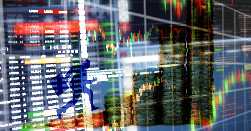 Börsenbilder überlagert mit dem Profil eines laufenden Geschäftsmannes