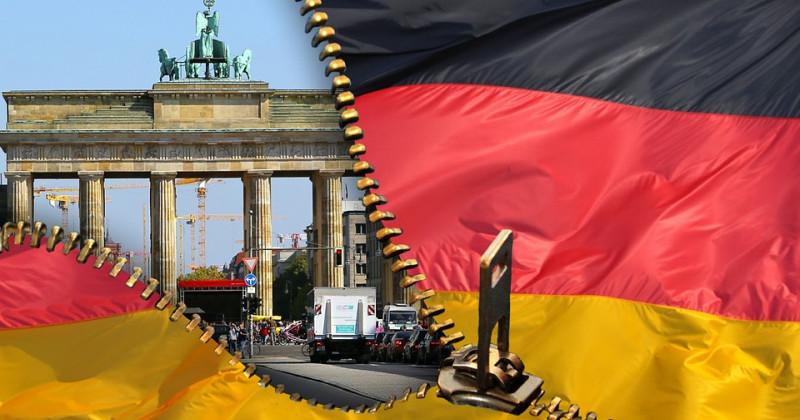 Das Brandenburger Tor erscheint aus einem Scharnier