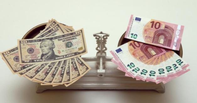 Waage mit Euros und Dollars