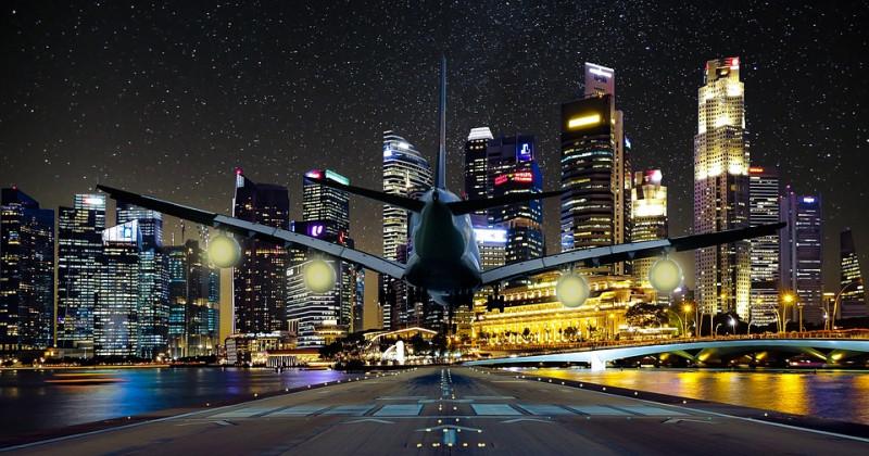 Flugzeug und beleuchtete Stadt