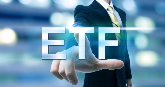 Ein Berater tippt ETFs auf einem Bildschirm