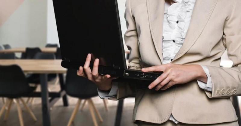 Frau hält einen Computer