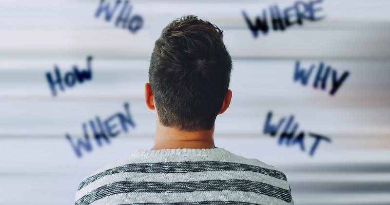 Gedrehte Person, die auf eine Wand mit Schrift blickt