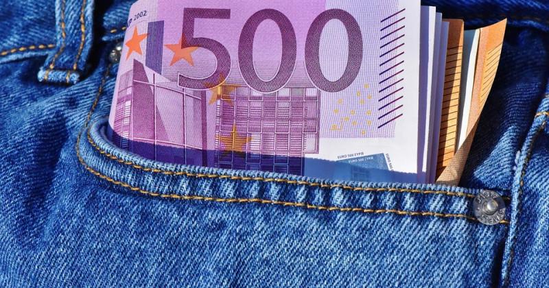 Geld in einer Jeanstasche