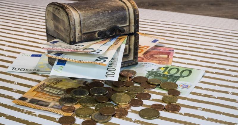 Geld und Scheine in einer Truhe