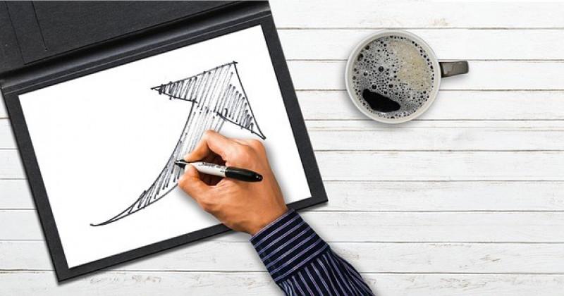 Hand zeichnet auf ein Tablett einen Pfeil, der nach oben geht