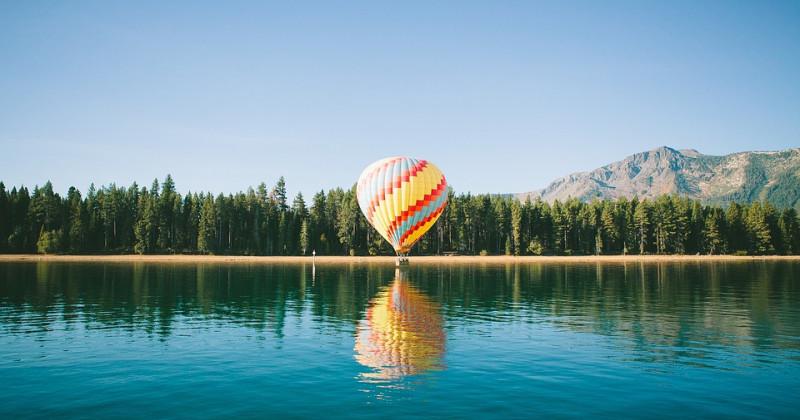 Heißluftballon auf einem See