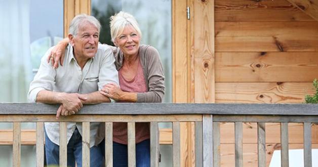 älteres Ehepaar auf dem Balkon