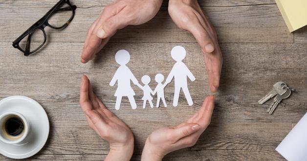 Hand, die eine Familie schützt