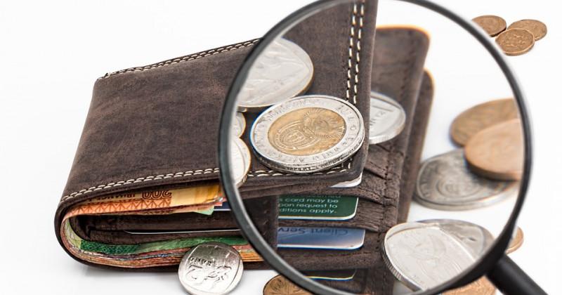 Lupe vergrößert eine Brieftasche