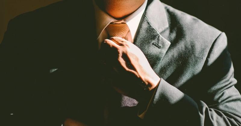 Mann fixiert seine Krawatte