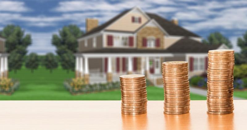 Münzen und, hinter, Hause