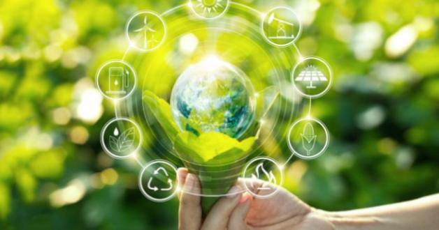 Hand mit Weltkarte und nachhaltigen Wirtschaftssektoren