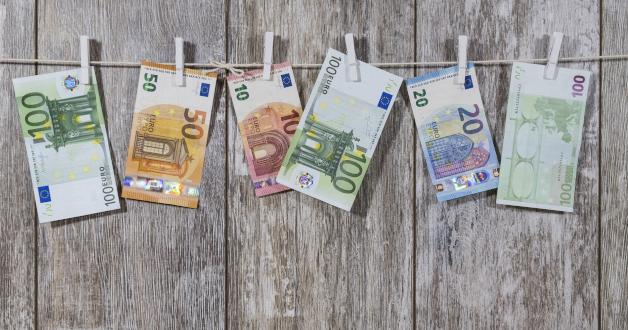Geldscheine hängen auf der Wäscheleine