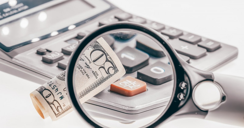 Objektiv, Taschenrechner und Geld