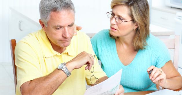 Enttäuschtes Paar beim Betrachten eines Dokuments