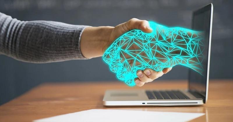 Roboterhand schüttelt eine menschliche Hand