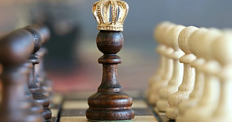 Schachbrett mit Bauern gekrönten König
