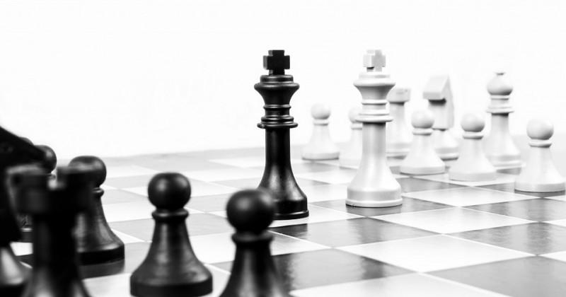Schachbrett mit zwei einander gegenüberstehenden Königen
