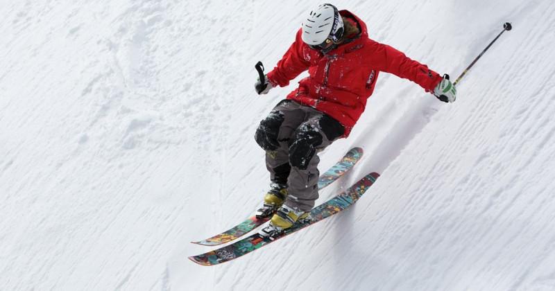 Skifahrer fährt bergab
