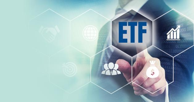 Berater gibt auf einem Bildschirm das Wort ETF ein