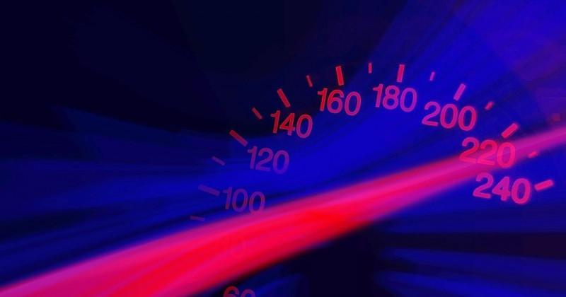 Tachometer zeigt eine hohe Geschwindigkeit an
