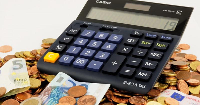 Taschenrechner, Münzen und Geldscheine