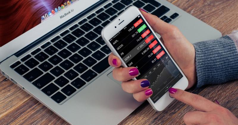 Telefon und Computer mit Finanztabellen