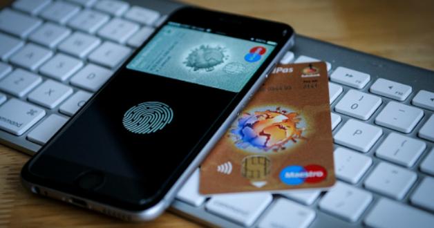 Smartphone, Kreditkarte und Tastatur