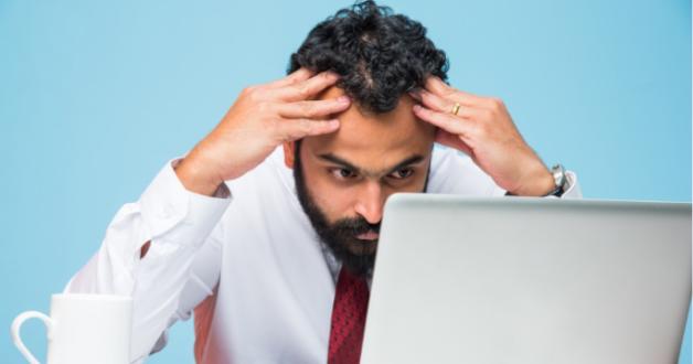 Geschäftsmann am Computer schwierige Entscheidung