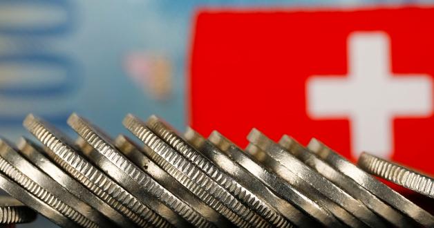 Schweizer Flagge und Münzen