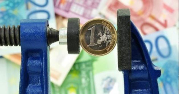 Euro-Münze in einer Presse