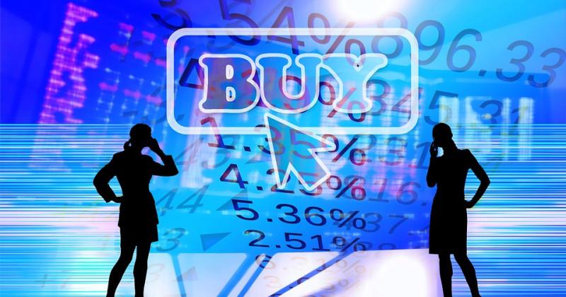 Zwei schwarze Silhouetten von Frauen am Telefon, im Hintergrund ein Finanzdiagramm mit buy darauf geschrieben